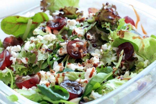 Простой рецепт салата с виноградом и сыром