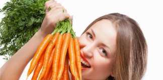 девушка ест морковь