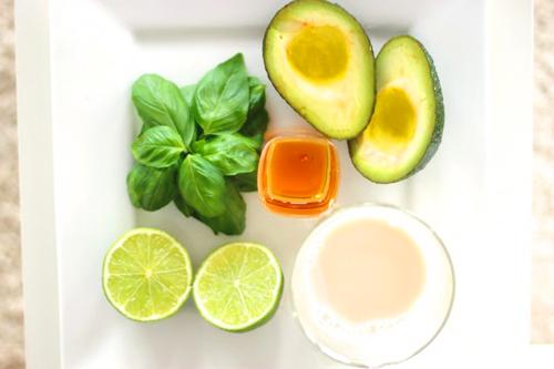 Смузи из авокадо и лайма