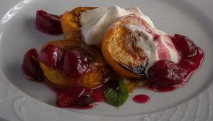 Персики с вишней