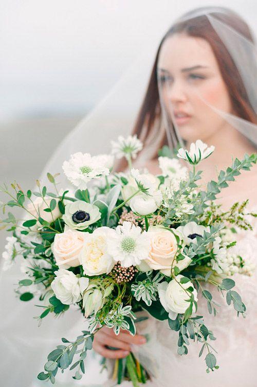 Фото красивой невесты и свадебного букета