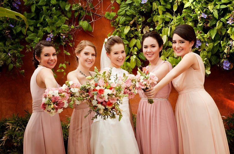 Фото невесты и её подружки с букетами