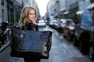 Девушка с большой сумкой